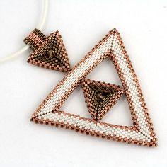 Přívěsek - trojúhelník v trojúhelníku Rozměry: strana velkého trojúhelníku 6,5 cm, strana malých trojúhelníků 2,3 cm, délka včetně ouška cca 8,7 cm Materiál: korálky Miyuki Delica 11 a 2 sluníčka Zavěšení: vosková šňůrka 2mm s karabinkou 37,5 cm + adjustační řetízek 5 cm Barvy: bílá + měděná metalická lesklá + bronzová metalická lesklá Bižuterní ...