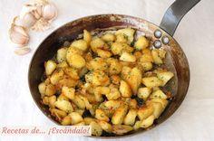 Deliciosas patatas fritas con un ligero sabor a ajo, y aderezadas con perejil y pimentón. Aprende a prepararlas para que te queden perfectas