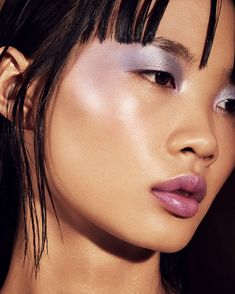 Weightless, longwear cream-powder hybrid highlighter duos with a hyper-metallic finish, born in a colorful range of rule-defying shades designed to make all skin tones pop. Edgy Makeup, Grunge Makeup, Dark Skin Makeup, Makeup Inspo, Makeup Eyeshadow, Natural Makeup, Makeup Inspiration, Hair Makeup, Hair