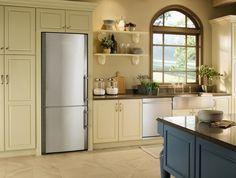 Refrigerador CS 1660 elegantemente embutido sem frestas em uma cozinha planejada. #LIEBHERR #REFRIGERADOR