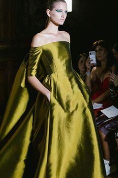 Valentino Fall 2018 Couture Fashion Show Couture-Kollektion Valentino Herbst 2018 - Vogue Source by . Fashion 2018, Runway Fashion, High Fashion, Fashion Show, Fashion Outfits, Womens Fashion, Fashion Design, Fall Fashion, Ladies Fashion