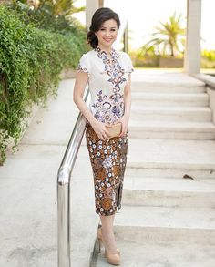 Like the neck cut and short sleeves. The design of the top is nice Kebaya Lace, Batik Kebaya, Kebaya Dress, Kebaya Brokat, Model Rok Kebaya, Model Kebaya Modern, Rok Batik Modern, Modern Batik Dress, Kebaya Encim Modern