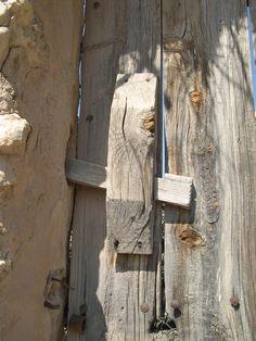 Para este jueves os dejo esta fotografía de nuestro pueblo, puerta con pestillera de llave de madera, habitual en las puertas de los corrales