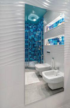 mosaïque bleue dans la salle de bains blanche sans fenêtres