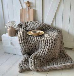 €149,- Grof gebreid plaid gemaakt van merinowol - van het label Dehewi Design - Te koop bij Dehewi Home Knitted Blankets, Merino Wool Blanket, Throw Blankets, Cozy Winter Fashion, Caravan Makeover, Sustainable Textiles, Chunky Blanket, Natural Home Decor, Arm Knitting