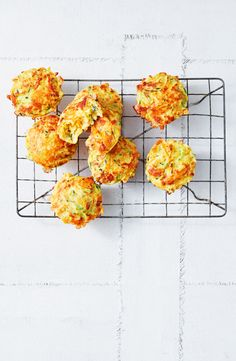 Cooked in a Kmart pie maker in just 15 minutes, these quick and easy muffins taste exactly like zucchini slice, perfect for the kids' lunchboxes. Mini Pie Recipes, Waffle Maker Recipes, Muffin Recipes, Australian Food, Australian Recipes, Puff And Pie, Bite Size Snacks, Portable Snacks, Zucchini Slice