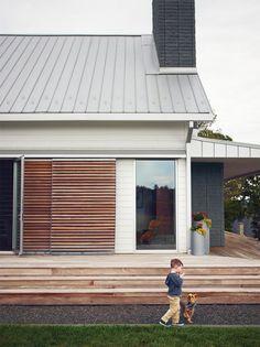 New exterior cladding ideas modern farmhouse 34 Ideas Modern Exterior, Exterior Design, Modern Farmhouse Porch, Modern Cottage, House Shutters, Exterior Shutters, Modern Shutters, Exterior Cladding, Modern Deck