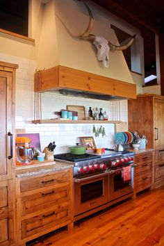 Shelf hanging on ropes Kitchen Dinning, Farmhouse Kitchen Decor, Country Kitchen, Western Kitchen, Western Rooms, Cow House, Southwestern Home, Do It Yourself Home, House Rooms