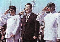 Syrian President Hafez Al Assad is welcomed Hafez Al Assad, Zulfikar Ali Bhutto, World Leaders, Bollywood Stars, Politicians, King Queen, Syria, Continents, Pakistan