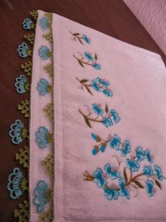 This Pin was discovered by seh Thread Crochet, Crochet Crafts, Needle And Thread, Crochet Lace, Hand Embroidery, Embroidery Designs, Crochet Unique, Linen Towels, Point Lace
