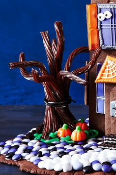 A Halloween haunted house made entirely of your favorite sweet treats. Halloween Gingerbread House, Halloween Haunted Houses, Halloween House, Holidays Halloween, Scary Halloween, Happy Halloween, Gingerbread Houses, Halloween 2020, Scary Houses