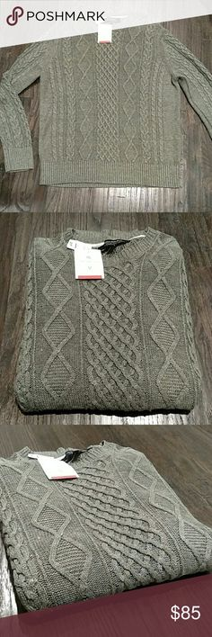 NWT Banana Republic Italian linen sweater XL I'd call it a first Christmas green color.  Not too green either way, but a perfect middle ground for a year long sweater.  Italian linen special design from BR, cable knit. Banana Republic Sweaters Crewneck