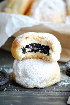 If you love fried food, you will love this Oreo cookie recipe. It& hard to resist this State Fair Fried Oreos Recipe. Oreo recipes like this are dangerously addicting, and before you know it, you will be wanting to make these fried Oreos every day. Biscuit Dough Recipes, Biscuit Recipe, Cookie Recipes, Donut Recipes, Chef Recipes, Fried Oreos Recipe, Deep Fried Oreos, Köstliche Desserts, Delicious Desserts