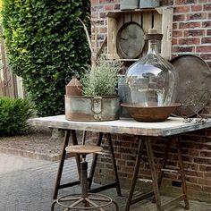 Tuscan style – Mediterranean Home Decor Garden Deco, Outdoor Tables, Outdoor Decor, Mediterranean Home Decor, Garden Signs, Tuscan Style, Garden Table, Colorful Garden, Front Yard Landscaping