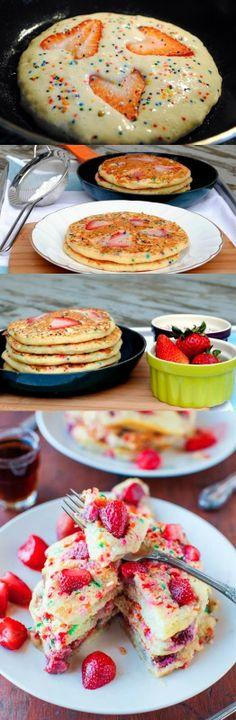 Mezcle la harina para pancakes con los huevos y la leche. Ponga un poco de la mezcla en una sartén con mantequilla y cocine cada pancake por ambos lados. Para el almíbar, lave las fresas y córtelas por la mitad. Llévelas a una olla con el azúcar y el vino y deje que se cocinen durante 10 minutos. Revuelva ocasionalmente. Sirva los pancakes con un poco de crema batida y luego báñelos con el almíbar.