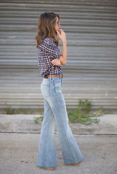 75 Super-Chic Fall Outfit Ideas (Part I : spring / summer - fall / winter - street style - street chic style - casual outfits - fall outfits - summer outfits - plaid shirt - brown belt - flare jeans - brown booties + aviator sunglasses Flare Jeans Outfit, Jeans Outfit Winter, Casual Fall Outfits, Fall Winter Outfits, Autumn Winter Fashion, Summer Outfits, Casual Jeans, Trouser Jeans Outfit, Jeans Denim