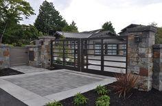 Pretty, modern-ranch looking custom gate design idea. Front Gates, Front Yard Fence, Entrance Gates, Front Entry, Iron Gates Driveway, Driveway Entrance, Double Garage Door, Garage Doors, Garage Gate