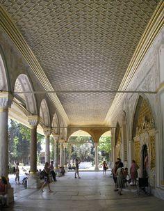 La salle du Conseil a de multiples entrées, de l'intérieur du palais ou depuis la cour. Le portique extérieur est constitué de piliers de marbre et de porphyre, avec un plafond vert et blanc en bois doré. Le sol est dallé de marbre. Les entrées dans la salle depuis l'extérieur sont dans le style rococo, avec des grilles dorées qui laissent passer la lumière. Alors que les piliers sont de style ottoman ancien, les peintures murales et les décorations sont de la dernière période rococo.