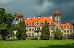 Pałac w Brynku (fot. Henryk Kościelny) Pałac wraz z całym przynależącym do niego zespołem parkowym i ogrodem botanicznym zbudowany został w 1829 r. przez Bernarda von Rosenthala z Wrocławia. Obecnie w budynku pałacu mieści się internat Zespołu Szkół Leśnych i Ekologicznych im. Stanisława Morawskiego.