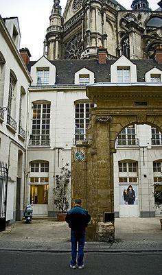 Space Invader, rue du Jour, with St Eustache behind