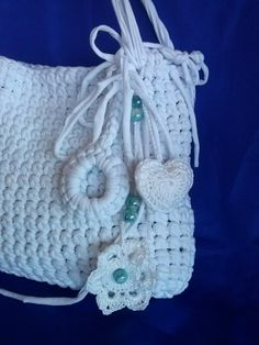 bellissima borsa bianca in fettuccia impreziosita da fiori in crochet e pietre celeste