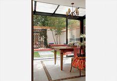 O gazebo integra-se à área externa graças à cobertura retrátil e aos fechamentos laterais de vidro duplo, que garantem o conforto térmico e acústico. Ali funciona o espaço gastronômico com churrasqueira, projetado pela arquiteta Paula Radomille