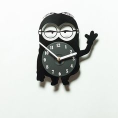 Minion wall clock made of an old vinyl plate. An extremely cool handmade accessory! :)