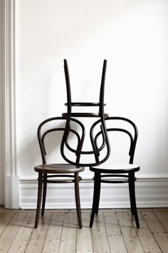 La chaise no. 14 par Michael Thonet. L'icône des cafés et des bistros. Oiginaire d'Autriche, Thonet est considéré comme le père du meuble industriel