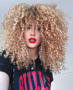Blonde Curly Hair, Curly Hair With Bangs, Colored Curly Hair, Big Hair, Frizzy Hair, Inverted Bob Hairstyles, Hairstyles With Bangs, Natural Curls, Natural Hair Styles