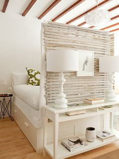 Maximizing Your Space In A Studio Apartment Wunderschöne Abtrennung aus Holz! Das muss ich unbedingt mit alten Paletten nachbauen.
