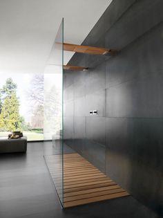 In plaats van de inloopdouche willen we een doorloopdouche met een glazen wand. Het muurtje tussen bad en douche is nl. weggehaald. Ipv houten steunen chromen op 1/3 van de zijden.