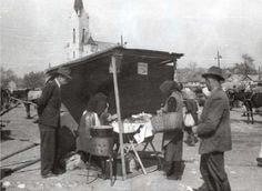 Lacipecsenyés sátor a miskolci piacon, 1957.