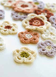 knit flowers: must try these, genius. Lots of leaves included in PDF. Thanks so for sharing this xox