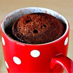 Una fantástica receta de mug cake de chocolate en microondas. Un dulce especialmente rápido y fácil de preparar para quitarnos el antojo de chocolate.