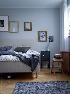 I en vacker funkislägenhet på Gärdet i Stockholm har sovrummet inretts i en lugn varmgrå färgskala. Här hittar vi alla tidstypiska detaljer som raka linjer, fiskbensparkett och stora fönster som släpper in mycket ljus.