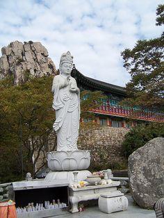 Buddhist temple in Namhae Island, South Korea (by potin256).