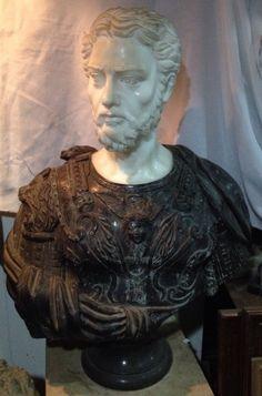 Busto em Mármore e Bronze, medindo 87 x 64 cm, em perfeito estado.