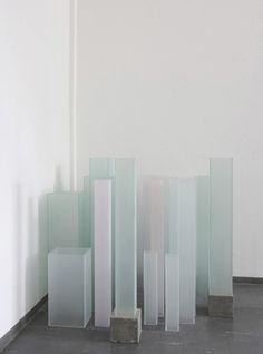 SIMONA PRIES  manhattan, 2005 18 Glaskörper bis 90 cm hoch, teilweise bemalt