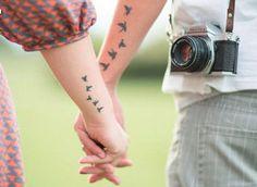 Tatuaggi di coppia: uccellini in volo per lei e per lui