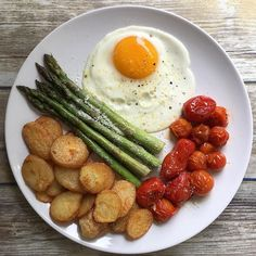 egg with baked garlic parmesan potatoes, asparagus and tomatoes // pintere . Fried egg with baked garlic parmesan potatoes, asparagus and tomatoes // pintere .Fried egg with baked garlic parmesan potatoes, asparagus and tomatoes // pintere . Healthy Meal Prep, Healthy Breakfast Recipes, Healthy Snacks, Healthy Eating, Healthy Recipes, Garlic Recipes, Good Food, Yummy Food, Tasty