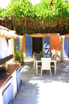 Perfect Provence lunch setting at this holiday rental villa in Provence, close to the french riviera.  Dine underneath the shade of 'glycin', or wisteria.  A traditional pizza oven close at hand to make lavender-smoked pizzettas, using 'charbon', wood from the grapevines at the front of Villa Tropez.  www.villatropez.com Natural Stone Flooring, Open Plan Living, Oak Tree, French Riviera, Wisteria, Grape Vines, Provence, Natural Stones, Lavender