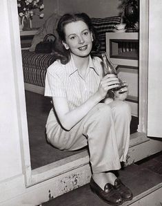 Deborah Kerr drinking a Coke! Golden Age Of Hollywood, Vintage Hollywood, Classic Hollywood, In Hollywood, British Actresses, Hollywood Actresses, Actors & Actresses, Deborah Kerr, Haha