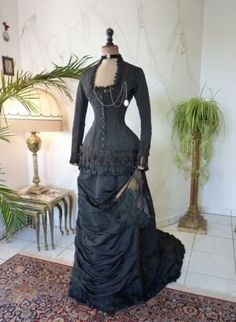 1879-mourning-bustle-dress-antique-gown-victorian-robe-ancienne-antikes-Kleid