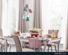 Elizabeth Yemek Odası zengin kumaşlı sandalyeleri, meşe renk ve toz pembenin elegan birlikteliğine sahip masa tablası ile mükemmel bir uyum sağlıyor.