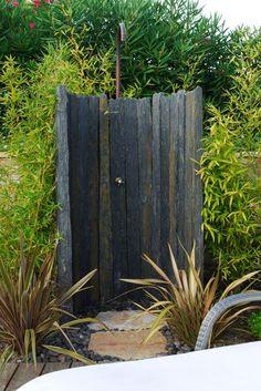 Outdoor Pool Shower, Outdoor Toilet, Outdoor Bathtub, Outdoor Bathrooms, Rustic Bathroom Shower, Diy Shower, Outside Showers, Garden Shower, Indoor Outdoor Living