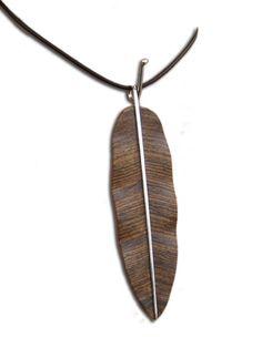 Hoja Lisa, tallada en maderas preciosas como Bocote, Avellano, Madera de Cebra y Wenge entre otras. El Tallo es de Plata .925, hecho a mano de forma artesanal.