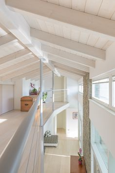 Ringhiere chiare Conch House, Casa Milano, Casa Loft, Mini Loft, Modern Mansion, Interior Stairs, Minimalist Living, Interior Design Tips, Home Buying