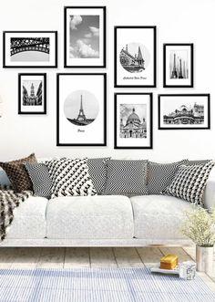 mur de cadres, tasse de café en blanc et noir, cadres photos noir, canapé blanc, plantes