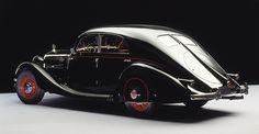 Mercedes-Benz 320 (W 142) Stromlinien-Limousine, 1938. Die viertürige Stromlinien-Limousine des Typs 320 (W 142) bietet Mitte der 1930er-Jahre eine der stilvollsten Möglichkeiten, schnell, sicher und komfortabel auf den Autobahnen zu reisen – auch wenn si