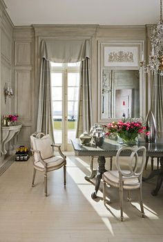 Formal dining room by interior designer Mary Douglas Drysdale French Interior, Classic Interior, French Decor, French Country Decorating, Luxury Interior, Beautiful Interiors, Beautiful Homes, House Beautiful, Beautiful Kitchens